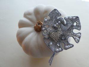 ハロウィンの白いカボチャと、アリワークで刺繍したシルバーの葉のブローチです。