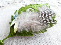 刺繍した上に菱形のクリスタルと羽根を縫い止めています。