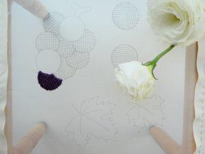 葡萄の房のうちのひと粒を糸刺繍しました。