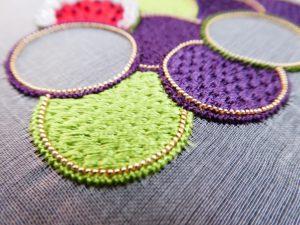 繊細な糸刺繍をした葡萄の実です。畳みの目の模様になっています。