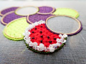 アリワークで繊細な糸刺繍した葡萄の房です。一粒だけスイカを刺繍しています。