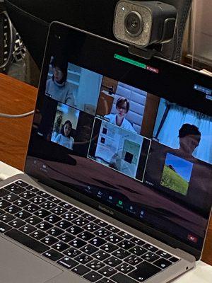 PCにレッスンをされている方々の顔が写っています。
