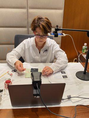 パソコンの前でzoomレッスンをしています。