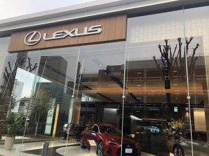 LEXUSのショウルームです。赤い車が展示されています。
