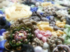 ビーズとスパンコールの花とりぼん刺繍です。