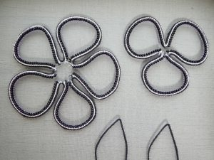 大小の花びらの縁にビーズが刺繍してあります。