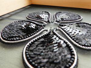 アリワークで刺繍した花びらです。グラデーションをつけたスパンコールが美しく縦方向に並んでいます。