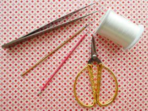 アリワークに使う針と糸とハサミなどが並んでいます。