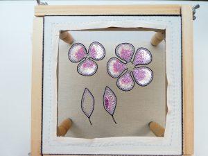 アリワークで刺繍した大小の花びらが2枚あります。スパンコールを使っているので美しく輝いています。