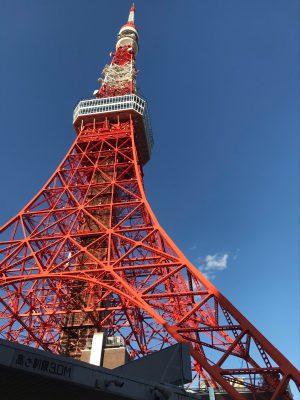 東京タワーがそびえ立っています。