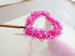 新商品のモコモコの糸を使って、アリワークでハート型を刺しました。