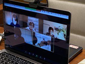 zoomレッスンの様子です。パソコンに皆様の顔が写っています。