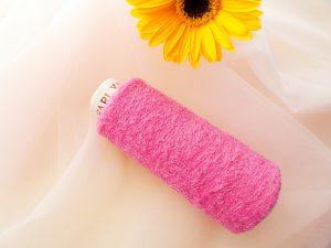 新商品の糸です。モコモコしていて可愛いピンク色の糸です。