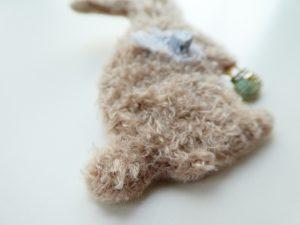 新商品のモコモコの糸を使って、アリワークでウサギを刺しました。まん丸の尻尾が可愛いです。