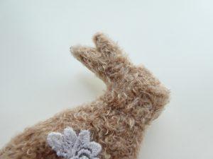 新商品のモコモコの糸を使って、アリワークでウサギを刺しました。長い耳が可愛いです。