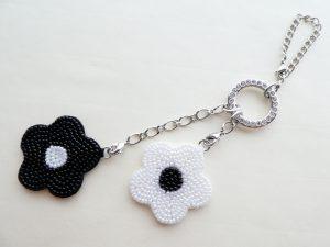 黒と白の花がペアーになったバックチャームです。両面にビーズが刺繍されています。