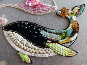 アートな感じのクジラです。尻尾は様々な材料を組み合わせて刺繍しています。顔部分はネイビーの糸刺繍の上に、ビーズが散らばっています。