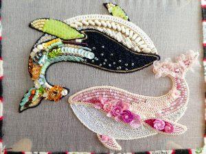 二頭のクジラが刺繍してあります。可愛い色のピンクとシックな色合いのクジラが並んでいます。