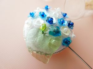 円形に小さい花形スパンコールが刺繍してあります。先端にビーズが付いています。お花畑みたいで綺麗です。