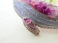 全体がピンク色で統一されているくじらのブローチです。お腹は光沢のある糸でサテンステッチしてあります。