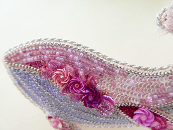 全体がピンク色で統一されているくじらのブローチです。胴体にはスパンコールで刺繍した小花があります。