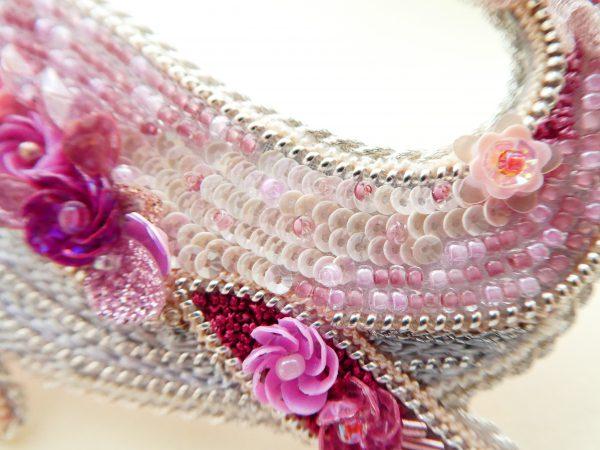 全体がピンク色で統一されているくじらのブローチです。胴体にはスパンコールで刺繍した小花と、小さいスパンコールがカーブを描いて並んでいます。