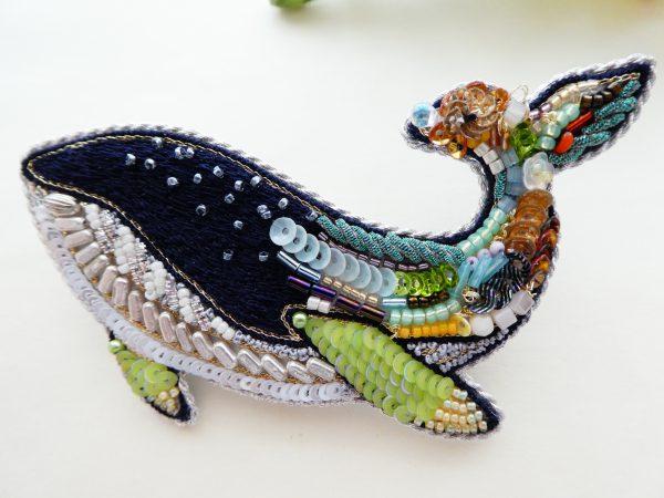 クジラの形をしたアートな感じのクジラです。尻尾は様々な材料を組み合わせて刺繍しています。顔部分はネイビーの糸刺繍の上に、ビーズが散らばっています。