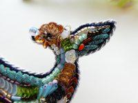 尻尾の先端にワンポイントでスパンコールで花を作っています。周りにビーズとスパンコールが隙間なく刺繍してあります。