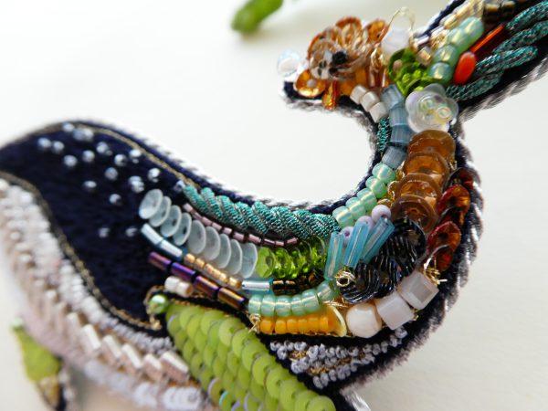 背の部分です。大小のスパンコールや様々なビーズ、モールなどがバランスよく刺繍してあります。アートな感じです。