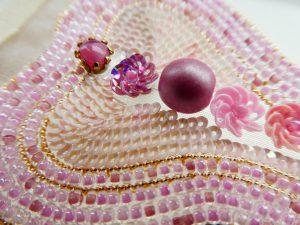 ワイヤーで洋梨の形を作り、その中にビーズが刺繍してあります。中央にスパンコールの小花が刺繍してあります。