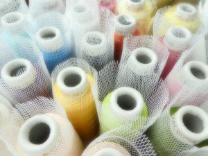 大巻の糸が並んでいます。