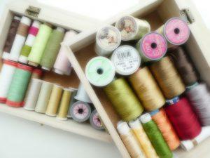 ビーズ刺繍に欠かせない専用の糸を、箱に入れて収納しています。