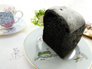 竹すみが練り込んである真っ黒な食パンです。