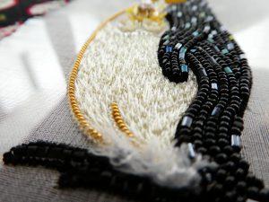 ペンギンのお腹は糸でサテンステッチしています。