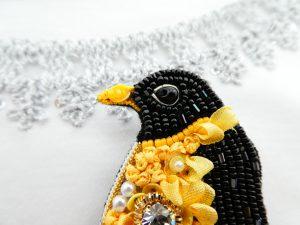 ペンギンの目の周りを、シルバーの金属で囲っています。