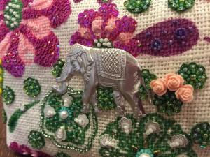 象の後ろに小さな薔薇が3個刺してあります。
