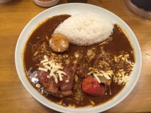 カレーです。大きな肉とジャガイモ、ニンジンとアーモンド型のライスです。