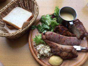 ランチメニュー(肉の盛り合わせ)。お皿に4種類の肉がもってあります。
