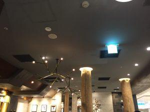 レストランの店内です。小さな照明が天井にあります。