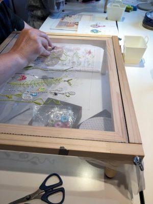 アリワークで繊細なお花の糸刺繍をしています。