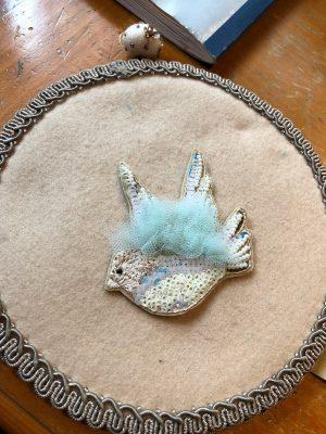 チュールの羽根がふさふさした小鳥のブローチです。