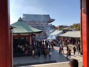 浅草寺です。お天気が良いので観光客が大勢います。