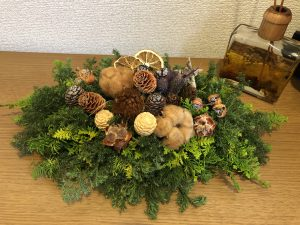 生の杉などで作ったクリスマスリースです。松ぼっくりやドライフルーツ、コットンなどを飾っています。