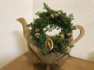 生の杉類を使ったクリスマスリースです。松ぼっくりや乾燥のレモンなどを飾りました。