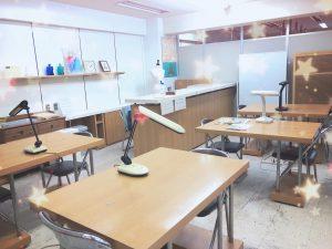 浅草橋のレッスン教室です。コロナ対策で個々のテーブルに変わっています。
