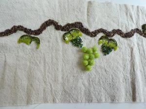葡萄の枝と葉が刺してあります。