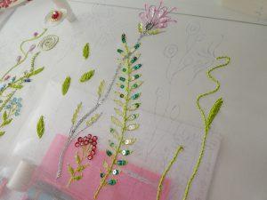 糸刺繍で刺した葉と茎ができています。スパンコールのお花もあります。