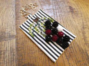 葡萄の実を飾ったパスケースです。