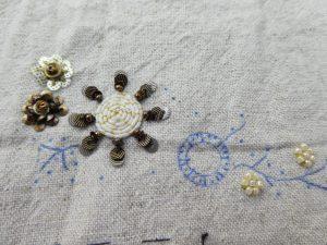 タコ糸を花芯部分に使い、周りにスパンコールを刺したお花です。