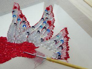 鳥の羽根をスパンコールで刺します。